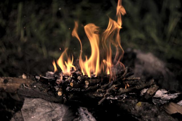 jak rozpalić w kominku